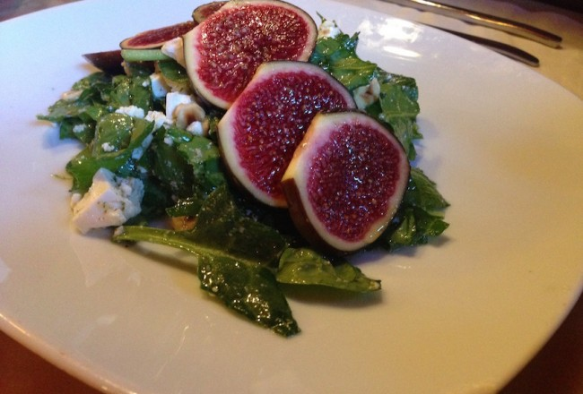 Salad with figs, feta cheese and a mint vinagrette